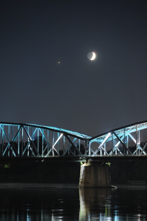 2019-10-03_Moon-Jupiter_Toruń_bridge_web.jpg