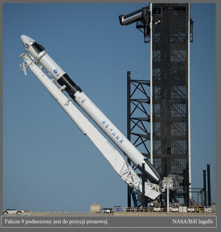 Falcon 9 już na platformie startowej przed misją Demo-2.4.jpg