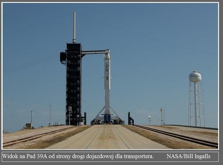 Falcon 9 już na platformie startowej przed misją Demo-2.6.jpg